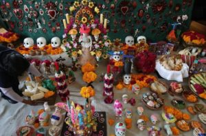 vista-de-una-ofrenda-para-los-muertos-en-ciudad-de-mexico-_595_394_92714
